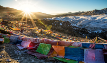 couleurs drapeaux montagne soleil ciel bleu février