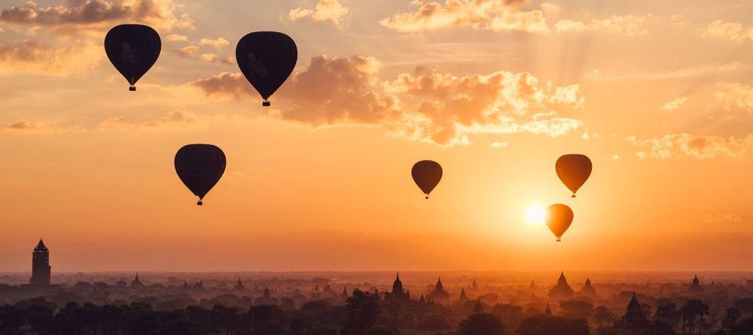 Montgolfières surplombant Bagan au soleil couchant - voyage Birmanie