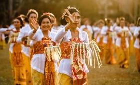 danse bali fleurs mains tenues femmes