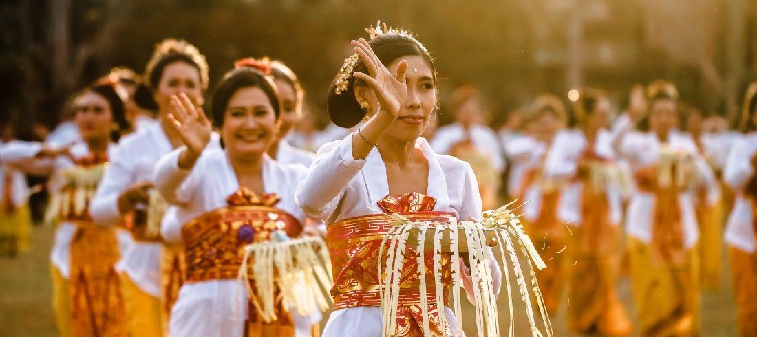 Danseuses balinaises cérémonie mariage traditionnel