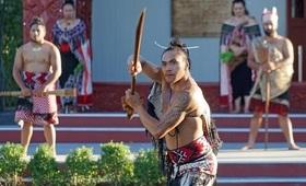 Maori tribu tenue traditionnelle maquillage armes