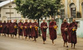Donation aux moines - voyage Asie