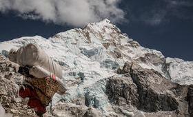 Katmandou montagne neige village nuages ciel bleu escalade