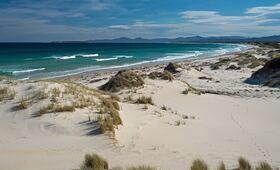 tasmanie plage bleu sable vagues nuages ciel