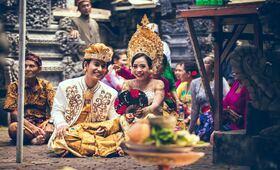 ceremonie bali offrandes fleurs costumes temple batiment chants