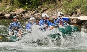 rafting eau casques bateau equipe rame