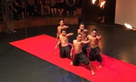 spectacle cirque phare equipe hommes rouge tenue feu lumieres