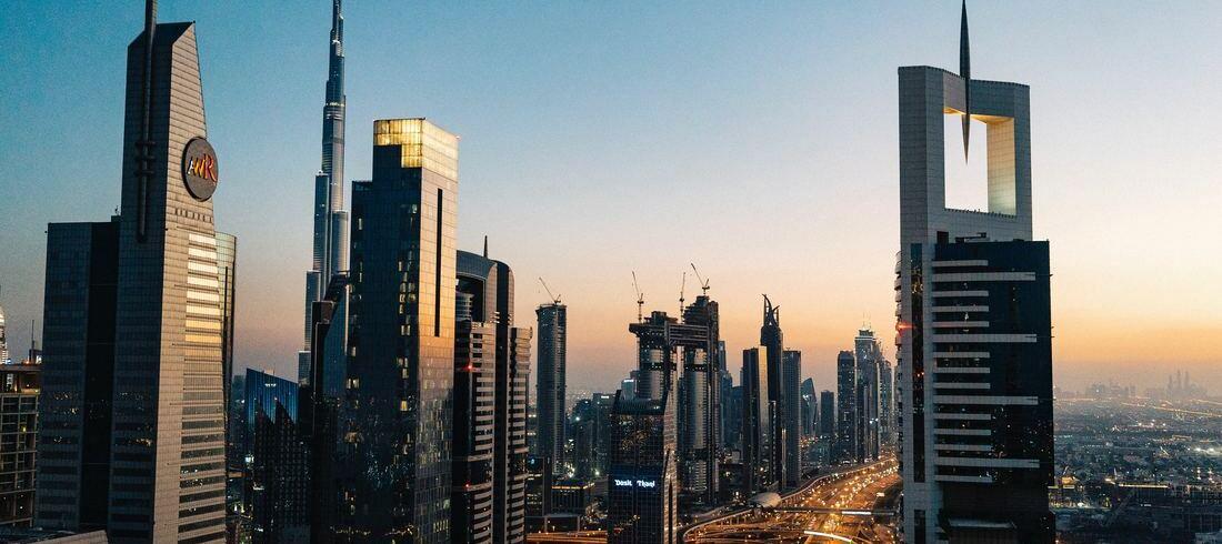 Buildings de Dubaï au coucher de soleil - voyage Emirats Arabes Unis