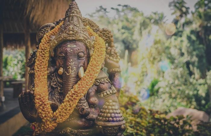 statue ganesh fleurs indonesie bali