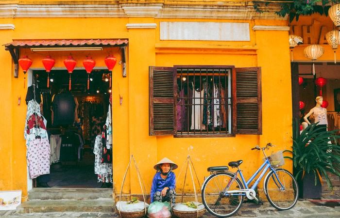 Hoian vieille femme ruelle vélo village pêcheurs