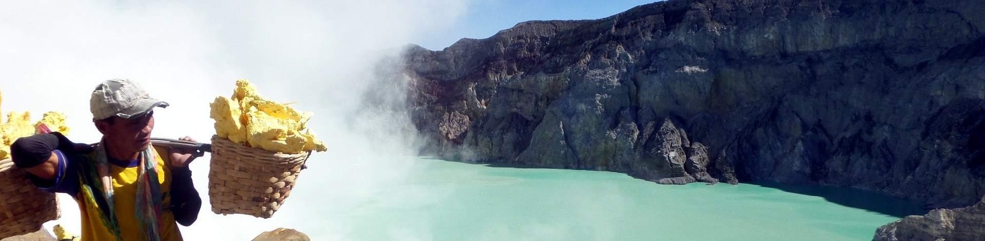 Kawah Ijen porteur soufre lac turquoise volcan Java