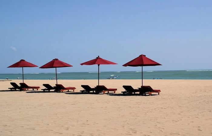 Plage Bali Jimbaran Kuta parasols mer plage sable blanc