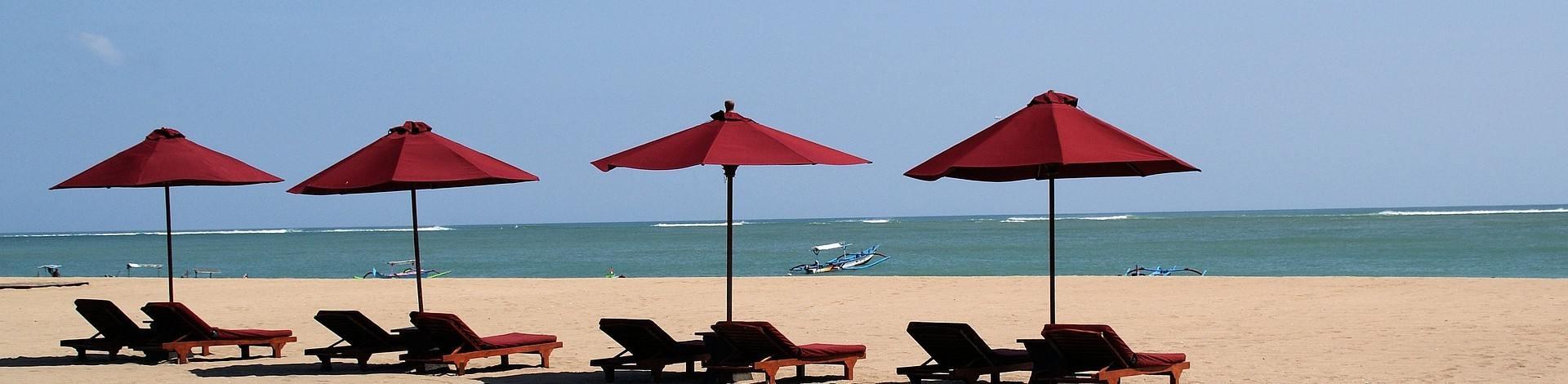 Plage Bali Jimbaran Kuta parasols mer sable blanc